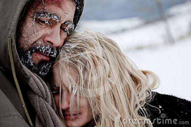 freezing-homeless-couple-hugging-24590099